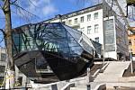 Přístavba Muzea skla a bižuterie ve tvaru skleněného krystalu.