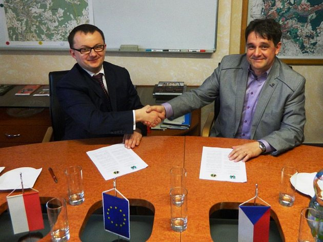 Starosta obce Podgórzyn Mirosław Kalata (vlevo) a starosta města Desná Jaroslav Kořínek při podpisu memoranda.