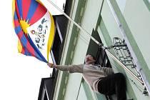 Starosta Rychnova František Chlouba jako každoročně 10. března vyvěšuje na radnici tibetskou vlajku.