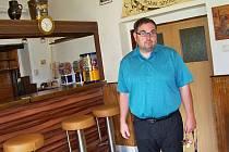 Starosta Loužnice Marcel Tiler v kuchyni obecní hospůdky, kterou si dnes nikdo nechce vzít. Kvůli malému obratu, ale i EET a protikuřáckému zákonu. Obec před nedávnem kuchyni zrekonstruovala na své náklady.