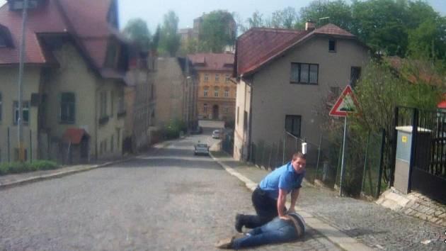 Zadržení nenapravitelného řidiče. Foto z videozáznamu