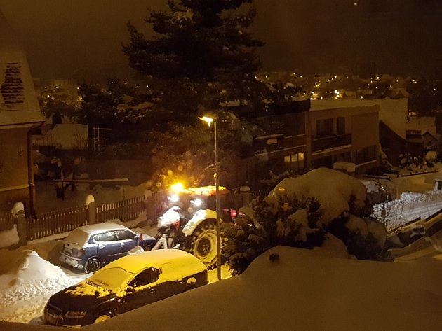 Ina Jablonecko se od odpoledne sype sníh. Silničáři nestíhají uklízet, hlavní tahy jsou vpořádku sjízdné sopatrností, vedlejší silnice mají vysoké vrstvy sněhu. Někteří řidiči to ale silničářům pořádně komplikují.