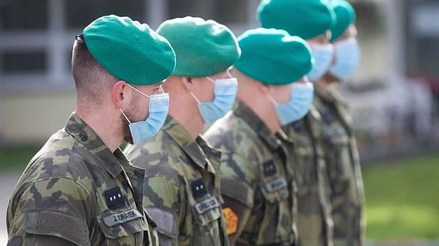 Vojáci nastupují k pomoci do Domova důchodců Jablonecké Paseky.