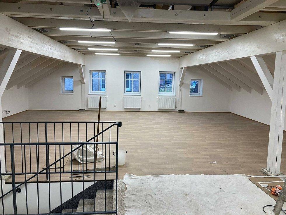 Někdejší kulturní dům v Janově nad Nisou prošel kompletní rekonstrukcí. Snímek z postupu prací.
