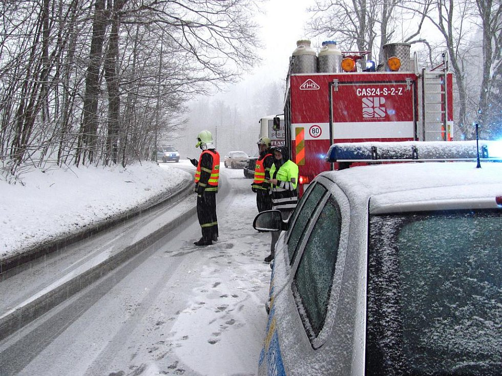 Nehoda v Janově se stala zhruba ve 14:30, autobus se s terénním autem s ruským číslem srazil v zatáčce u kostela sv. Josefa v Loučné.
