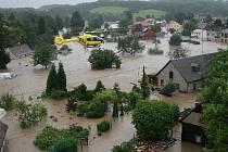 Bílý Kostel - sobota v 15.04. Rychlá povodeň se prohnala domem rodiny Frykových a zcela zdevastovala přízemí. Oni sami museli být evakuováni vrtulníkem, jiným způsobem se ze to prostě nestihlo.