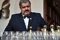 Michael Canov nalévá po vítězství šampaňské