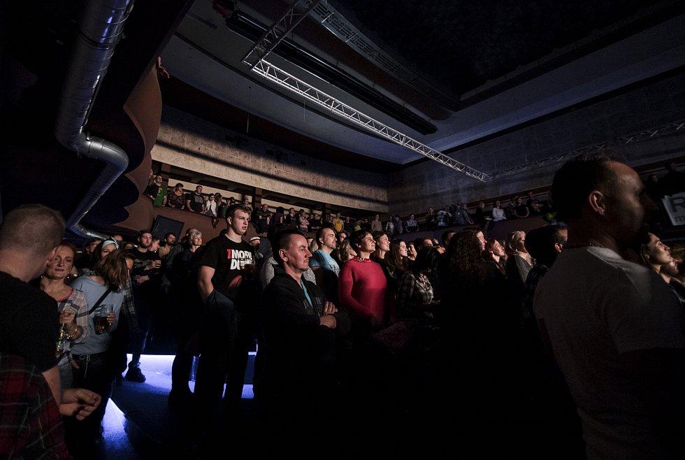 Skupina MIG 21 v čele s Jiřím Macháčkem přijela do jabloneckého Klubu Woko a přivezla turné Svoboda není levná věc.