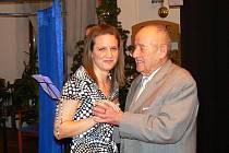 Tradiční setkání s osamělými seniory 24. prosince odpoledne v Hotelu Petřín pořádá majitel Evžen Hejsek a starosta Petr Beitl.