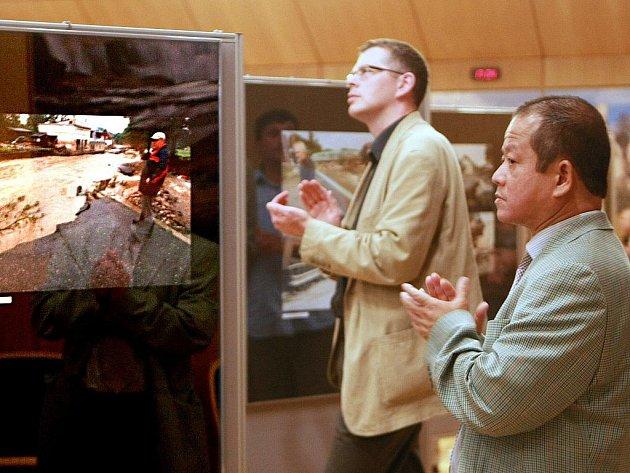 V pondělí 8. srpna se v budově KÚ Libereckého kraje konala vzpomínková akce na loňské povodně. Na ní byla zahájena výstava fotografií fotoreportéra Deníku Petra Šimra, pokřtěna kniha Václava Cílka a Jana Čížka.