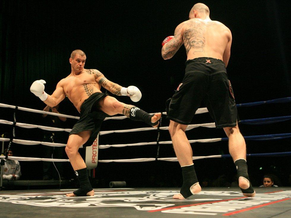 Night of Warriors v Liberci. Pavel Ševčík z Jablonce (vlevo) a Pavel Vojík z Lovosic.