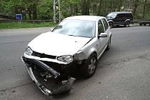 PO SRÁŽCE. Na golfu i fabii vznikla celkem stotisícová škoda. Řidič, který nehodu zavinil, dostal blokovou pokutu.