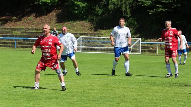 Na železnobrodském fotbalovém hřišti se představili hráči pražské Amfory a místní stará garda. A bylo se na co dívat.