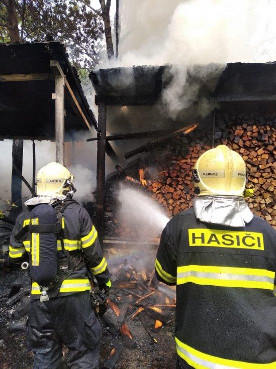 Požár sauny a dřevníku.