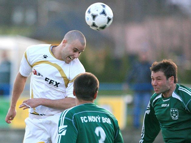 Fotbalisté Pěnčína (v bílém) prohráli na domácím hřišti s Novým Borem 2:1.