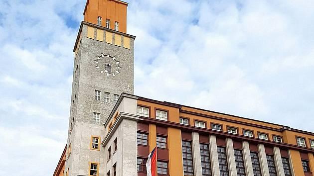 Jablonecká radnice prochází mnohaletou rekonstrukcí. Na snímku věž radnice v mezidobí oprav. Přes zimu lešení sundali.