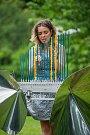 Lenka Morávková předvádí 26. června na Malé Skále hru na skleněný nástroj Bohemian Cristal Instrument. Bohemian Cristal Instrument je unikátní kus, jediný svého druhu na světě. Jedná se o après Baschet sochu, kterou konstruktéři a zvukoví experimentátoři