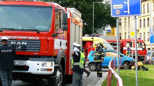 K vážné dopravní nehodě došlo v pondělí krátce po patnácté hodině na křižovatce ulic Podhorská a Mostecká v centru Jablonce.