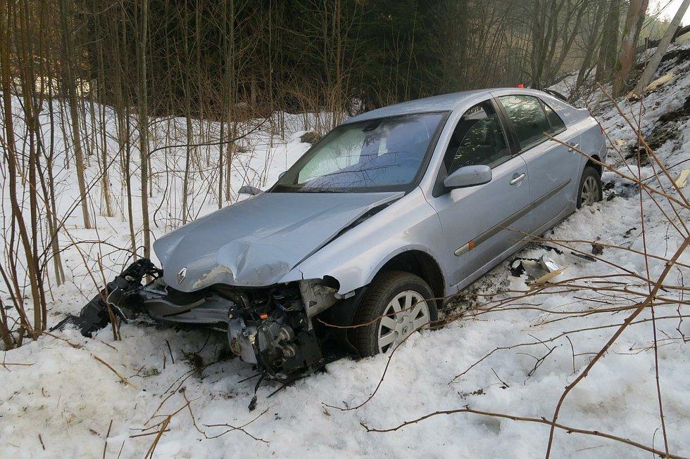 Řidič nezvládl řízení, dostal smyk, najel na svodidla, narazil do sloupu a sjel z příkrého srázu.