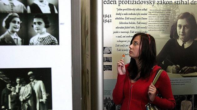 Na chodbách jabloneckého Gymnázia U balvanu byla na podzim 2008 k vidění výstava Anna Franková - Odkaz pro současnost. Šlo o českou verzi mezinárodní putovní výstavy Domu Anny Frankové v Amsterodamu.