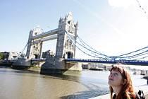 Pohled na londýnský Tower Bridge. Ilustrační snímek