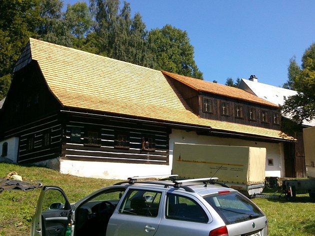 Rodný dům Antala Staška ve Stanovém v době oprav střechy