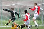 Fotbalový zápas ČFL na umělé trávě v Mozartově ulici v Jablonci mezi béčky FK Baumit Jablonec B a Slavia Praha B skončil s výsledkem 1:0.