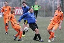 V dohrávce okresního přeboru si domácí Pěnčín B na umělé trávě v Břízkách poradil s Josefovým Dolem (v oranžovém).