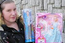 Karolína z Nové Vsi kupovala v Jablonci  k sedmým narozeninám své sestry dárek. Vybrala dle přání oslavenkyně panenku Barbie.