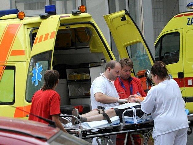 Převoz pacienta sanitkou. Ilustrační snímek.