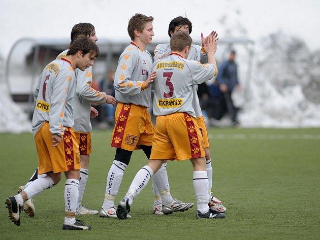 Fotbalisté Pěnčína na umělé trávě v jabloneckých Břízkách porazili Horní Brannou 4:2. Na snímku se hráči radují z postupu.