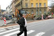 ÚPLNÁ UZAVÍRKA. Podhorská ulice prochází rozsáhlými úpravami. Řidiči musejí při své cestě na Tanvald volit objízdnou trasu přes kruhový objezd a následně ulici 5. května.