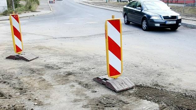 Na křižovatce ulic Liberecké a Tovární v Jablonci nad Nisou od úterka minulého týdne řídí dopravu kyvadlově třícestné semafory. Důvodem je rekonstrukce mostu přes řeku Nisu.
