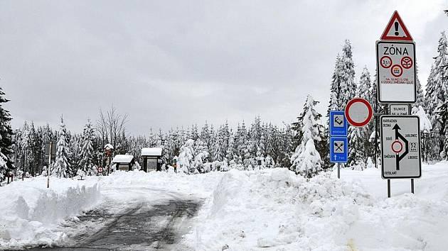 Silnici II/290  Souš – Smědava na zimu uzavírají. Snímek z podzimu 2009.