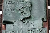Deska na rodném domě Antala Staška.