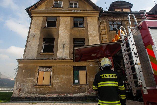 Cvičení hasičů 28. září v Tanvaldě. Jednotka prováděla reálnou simulaci hašení požáru v bytovém objektu.