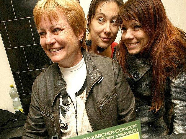 """Jen tak pro jistotu nahlížejí (zprava) Lucie Nosková a Lucie Černohorská své """"šéfové"""" Marii Svěrákové přes rameno. Obchod se sáčky do vysavačů na jabloneckém Anenském náměstí otevírají v pondělí."""