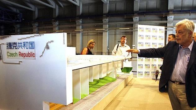 Model národního pavilonu pro světovou výstavu Expo 2010 v poměru 1:25, na snímku je hlavní architekt Jaromír Švarc.
