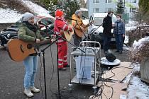 Muzikanti zazpívali seniorům v Jablonci pod balkony.