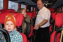 Školky rády využívají při svém cestování stovku kilometrů zdarma. Spěchat na vlak se skupinou dětí bývá často náročné.