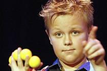 Jedenáctiletý Aleš Hrdlička na loňském Skleněném magikovi v Železném Brodě.