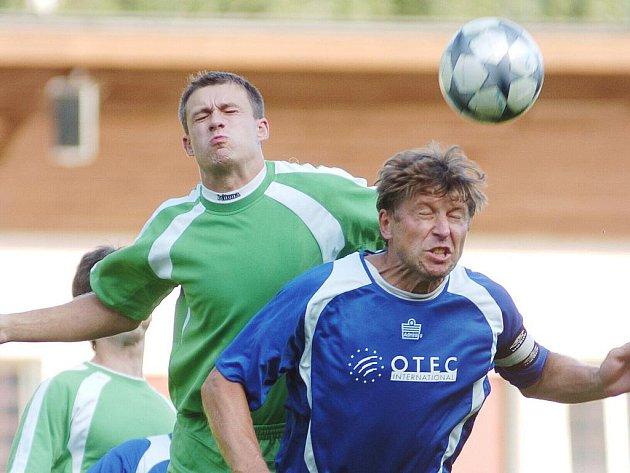 Kapitán Plavů Gustav Harik (v modrém) dovedl svůj tým k vítězství.