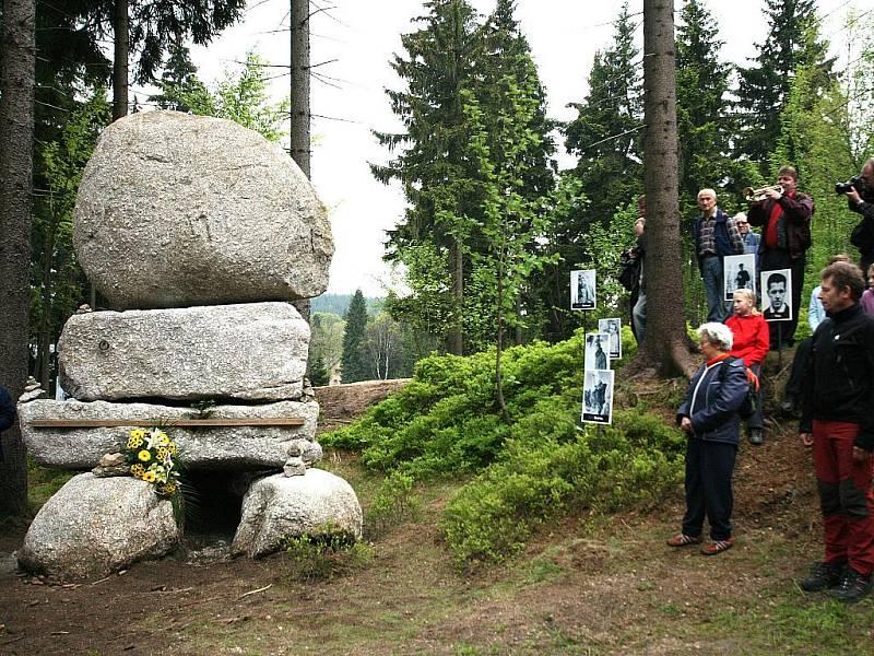 U PAMÁTNÍKU. Slavnostního odhalení v Bedřichově se zúčastnily desítky lidí.