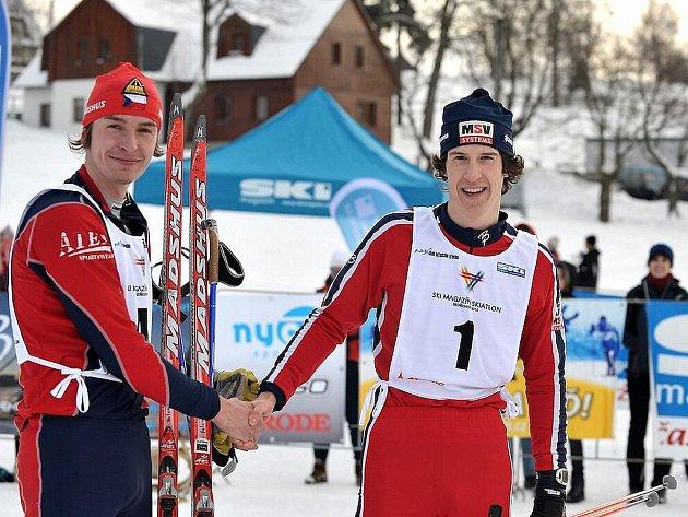 Pětikilometrový okruh v Bedřichově v Jizerských horách se o uplynulém víkendu stal svědkem tuzemské premiéry skiatlonového závodu určeného amatérským běžcům na lyžích Skimagazín skiatlonu 2010. Vítěz Valoušek (vpravo) přijímá gratulaci od Hlaváčka.