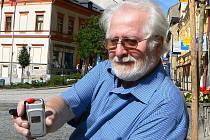 Alfred Neumann řeší po smrti manželky problémy s její smlouvou na mobilní telefon. Na jednom kontaktním místě mobilního operátora mu sdělili, že vše jde do dědického řízení, na druhém, že zrušit smlouvu může, ale za každý měsíc pokutu 150 korun.