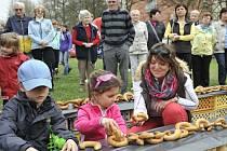 O zápis do Guinnessovy knihy rekordů se pokusili v Turnově. U příležitosti oslav 20. výročí Pekárny a cukrárny Mikula tady pekaři společně s místními lidmi navlékli řetěz z pečených preclíkových céček.