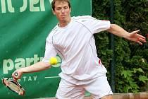 Finálový zápas turnaje F3 Future v tenise mezi Janem Mertlem v černém a Jaroslavem Pospíšilem.