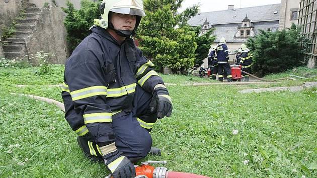 Tématické cvičení hasičských sborů z Frýdlantska proběhlo v pondělí odpoledne na státním zámku Frýdlant. Hasiči nacvičovali zásah v nejvyšší věži a dalších objektech zámku.