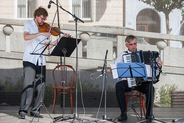 Ladislav Horák (na snímku vpravo) a Viktor Mazáček odehráli 1. srpna v Jablonci nad Nisou koncert v rámci hudebního festivalu Město plné tónů 2018.