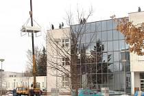 Na střechu jablonecké nemocnice instalovali řemeslníci chladící zařízení pro magnetickou rezonanci. Pro ní by měli dělníci v příštím týdnu instalovat faradayovu klec a na přelomu dubna samotnou magnetickou rezonanci.